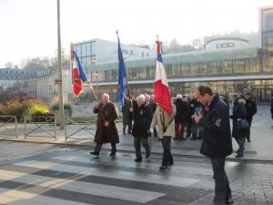 Aprèrassemblement sur le parvis du devant le collège de SEVRES , le cortège se dirige vers la mairie.
