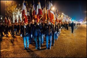 Le défilé des drapeaux sur les Champs Elysées en direction de l'Arc de Triomphe