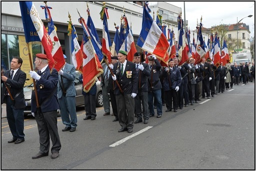 Le défilé des porte-drapeaux en direction de l'Hôtel de Ville