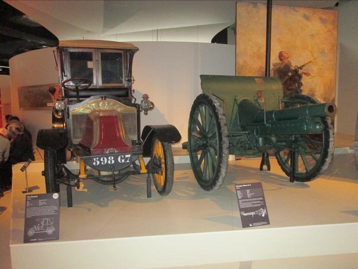 Après un déjeuner marqué par la convivialité, le groupe s'est dirigé vers le musée de la grande guerre. Sur cette photo, à gauche, un taxi de la bataille de la marne.